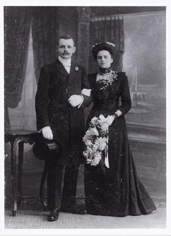 007534 - Trouwfoto Petrus Joannes Bernardus Ooms geboren te Tilburg 9.9.1885 en Martha Francisca Johanna de Kort geboren te 's-Gravenhage op 26 mei 1909. Zij trouwden te 's-Gravenhage op 26 mei 1909.Het echtpaar ging wonen te Tilburg, waar hij werkzaam was aan de Geldersche Credietvereniging.