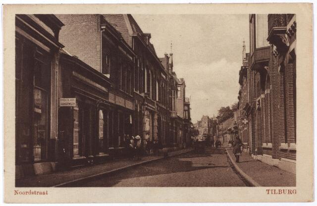 001725 - Noordstraat in noordwestelijke richting. Geheel links voorheen M 854, later huisnummer 113. Hier zat in 1902 de 'fabriek van suikerwerken' van de weduwe van H.P.C. Matthijs, Maria Wilhelmina Wouters. Zij hertrouwde in 1910 met Adrianus Jansen, winkelier in suikerwerken.  In 1920 werd Petrus Thomas C. van Gorp, grossier in suikerwerken, de nieuwe bewoner. Hij verhuisde in 1926 naar de Lovensestraat.