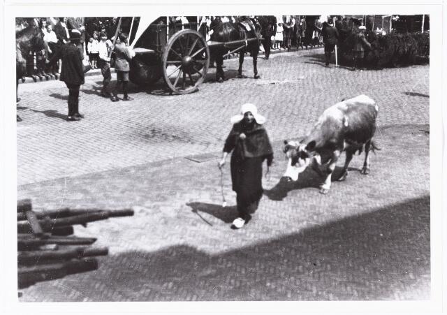 008589 - Folkloreschouw op 21 juli 1929 op de Oude Markt op de hoek van de Heikese kerk voor het stadhuis, gefotografeerd door Henri Berssenbrugge (1873-1959).Onderdeel van reportage, zie nrs. 8583 t/m 8598.