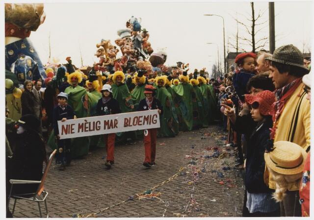 068323 - Carnaval 1980. Nog een keer de bloemige groep in de optocht van 1980. Nie melig mar bloemig.
