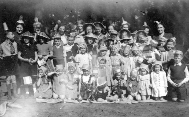 064711 - Tweede Wereldoorlog. Kinderen op de Markt tijdens het bevrijdingsfeest.