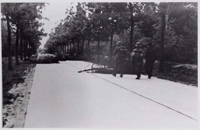 045625 - Mobilisatie. Nederlandse militairen bij een wegversperring op de Poppelseweg.