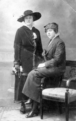 064448 - Links Maria Wilhelmina van Son-Donders geboren Tilburg 2 december 1898, overleden Tilburg 19 maart 1992, rechts haar zus Louise Bergler-Donders, geboren te Tilburg op 9 december 1899.