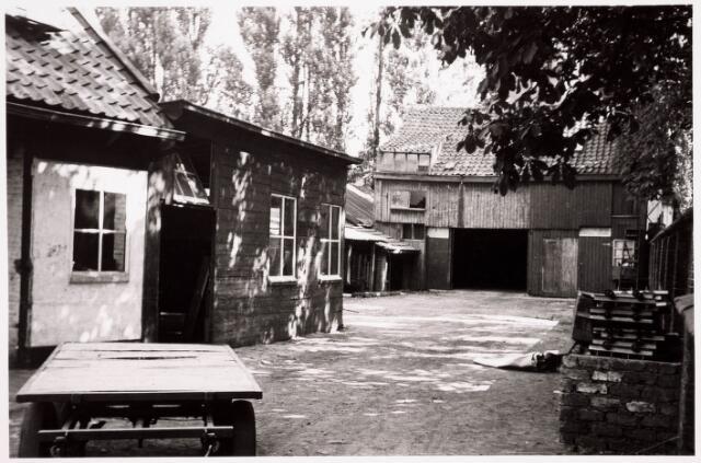 036218 - Stadhuisplein.   achterzijde / binnenplaats met schuren Café en Bodehuis Schuurmans aan voorheen Monumentstraat.