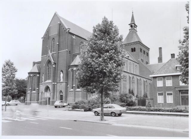 019592 - Goirkese kerk. Het godshuis werd gebouwd tussen 1835 en 1839 in neo-gotische stijl, naar een ontwerp van architect H. Essens uit Oirschot. Oorspronkelijk stond vooraan ook een torentje