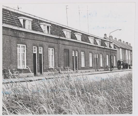 082278 - Onbewoonbaar verklaarde bedrijfswoningen van de leerfabriek Noord-Brabant. Kort hierna worden deze gesloopt. Anno 2012 staan op deze plek weer woningen.