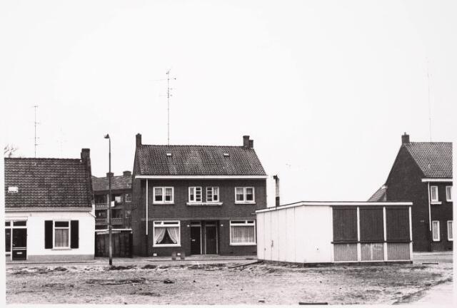 033225 - Straatbeeld Hasseltstraat. Op de voorgrond noodgebouwtje en braakliggend terrein