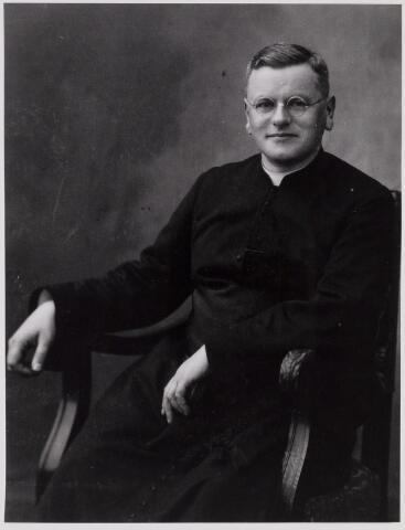 084360 - Hendricus Carolus van der Kamp werd op 15 januari 1888 in Gemert geboren. Na zijn priesterwijding studeerde hij kerkgeschiedenis en was hij professor aan het Groot Seminarie te Haaren. In 1933 werd hij benoemd tot pastoor van Hilvarenbeek en twee jaar later tot deken van het dekenaat Oirschot. Hij overleed te Hilvarenbeek op 25 november 1947. Hij ging door voor ijdel en arrogant.
