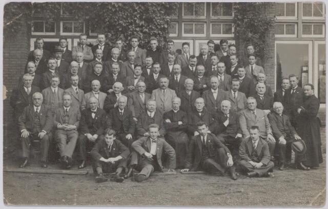 044827 - Tilburgse deelnemers aan een retraite in het retraitehuis Ignatius van Loyola te Vught.