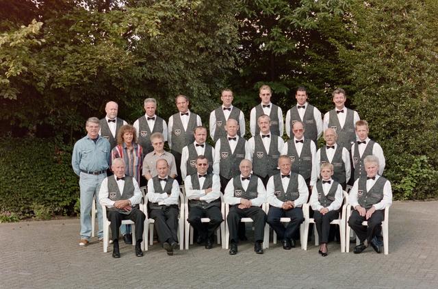 1237_001_056_005 - Sport. Biljart. Groepsfoto van leden van waarschijnlijk de Hilvarenbeekse biljartvereniging BVTO in 1996.