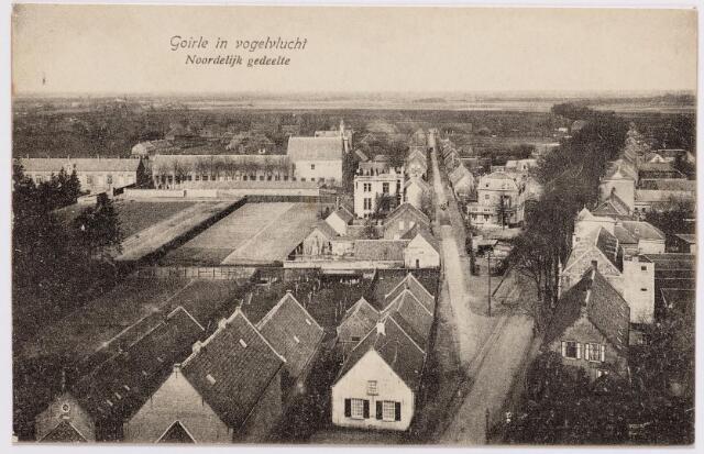 046617 - Tilburgseweg (rechts) en Kloosterstraat (links) in noordelijke richting. Links op de voorgrond de woonhuis van de familie Snels-Klijs en links daarvan het complex van het voormalige nonnenklooster. Op de achtergrond aan de Kloosterstraat en de Thomas van Diessenstraat het fraterhuis met kostschool en geheel links de r.k. lagere jongensschool St. Thomas.