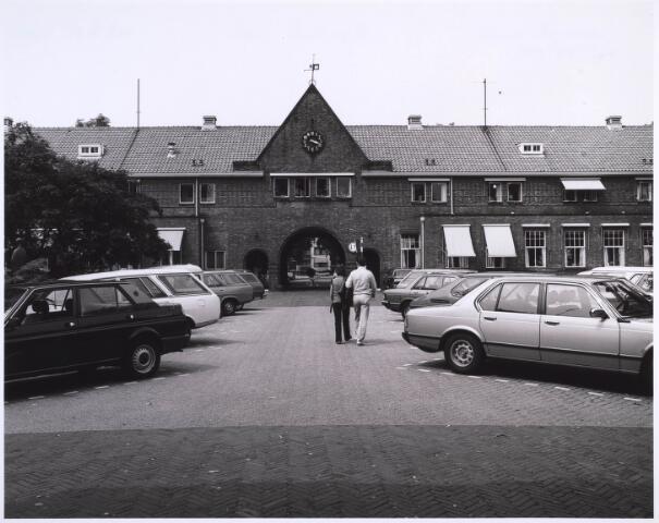 022972 - Elisabethziekenhuis. Achterzijde van de hoofdingang van het St. Elisabethziekenhuis. Dit gedeelte is voor de sloop gespaard en biedt  nu onderdak aan diverse instellingen. Halverwege de jaren '80 van de vorige eeuw zat in het rechtergedeelte de studio van de lokale zender Radio Tilburg