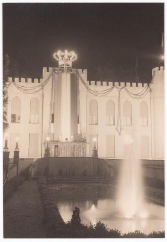 032125 - Paleis-Raadhuis bij de viering van de kroning van koningin Juliana. Op het raadhuis ( op het latere Willemsplein ) de koningskroon ontworpen door Theo van Delft en gemaakt en geschonken door de Volt.