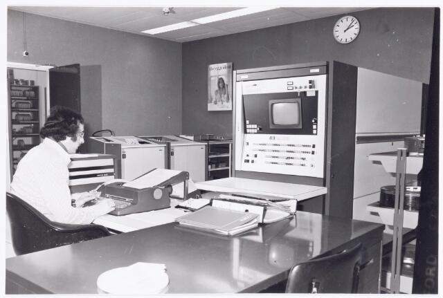 039411 - Volt, Noord. Hulpafdelingen, Administratie, ISA. Een kijkje in de afdeling ISA, Informatie Systemen en Automatisering. Op de foto ISA medewerker Andre Erkeland. Ca. 1985.