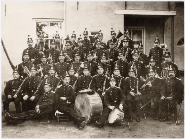 """052597 - Muziekleven. Harmonie Orpheus, opgericht in 1895. Foto: werkende leden van de Koninklijk erkende societeit """"Harmonie Orpheus"""" , gekleed in schuttersuniform. circa 1895-1896. Dit muziekgezelschap fungeerde sinds 1892 als stafmuziek-corps van de schutterij. vlnr: bovenste rij: Koos Clijsen, Hub. Cornelissen, Jan Mutsaers, Frans Vermeer, Jan Clijsen, Frans Cools, Simon Clijsen. 2e rij van boven: Frans van Opstal, Janus van Abeelen, Jos Horsten, Frans Janssen, Piet Glorius, Jan Horsten, Bart Hamers, Bart Teurlings, Harrie Daniëls. middelste rij (staand): Gust van Opstal, Jan de Cock, Janus van Riel, J.L. Kroes dir., Piet de Kok, Janus Cools, Piet Somers, Jos van Laarhoven, Frans Jansen, Fons van Ierland. 4e rij van boven (zittend):  Janus Mutsaers (vader van apotheker Piet Mutsaers), Jan Venmans, Kees Janssens, Nelis van Spaendonk, Jan Teurlings, Janus van Opstal, Piet van Abeelen, Frans van Ierland, Janus de Cock, Janus Crever. 5e rij (vooraan): Janus Kuijpers, Piet de Cock, Kees van Beurden. De foto is genomen bij F. Daniëls Goirkestraat/boek Kard. Vaughanstraat."""
