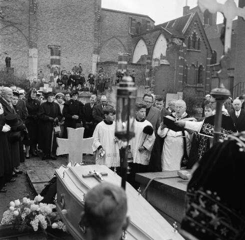 050671 - Waltherus Josephus Joachim de Klijn, geboren te Raamsdonksveer 23 maart 1881, priester gewijd 5 juni 1909, kapelaan te Kerkdriel 1909, professor Klein Seminarie 1911, Rector van het moederhuis Oude Dijk 1914, pastoor van de parochie H. Margaretha Maria Alacoque 1922, overleden 11 februari 1958. Begraven in het familiegraf te Raamsdonksveer 15 februari 1958.