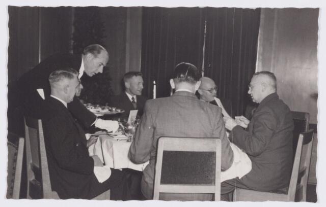 053356 - Koninklijke Bezoeken. prins Bernhard brengt een werkbezoek aan Tilburg; tijdens het noenmaal in het paleis Raadhuis.