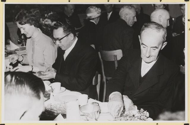 072894 - Afscheid burgemeester J.H. Bardoel.  Koffietafel in café-restaurant J. de Brouwer- Smolders. Genodigden. Echtpaar van Bommel- v. Dommelen, G.v.d. Wouw. Achter vanaf links: Pastoor v. d. Boogaard, G. Ketelaars, A.Vriens, A. Schreppers, J.v. Gils.