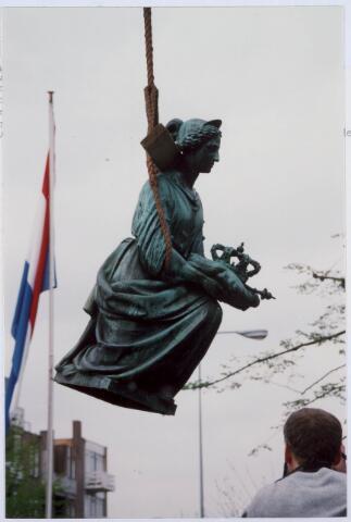 021477 - Een van de vier vrouwenfiguren rond het standbeeld van Willem II hangt in de takel. In 1993 werd het beeld tijdelijk verwijderd ten behoeve van een grondige schoonmaakbeurt. Militairen zorgden voor het transport en de kosten van deze operatie