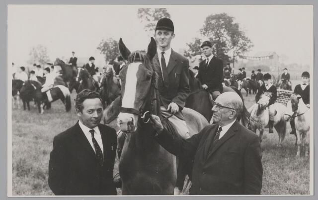 083433 - Paardensport. V.l.n.r. A. Wouters, W. van Ginneken, burg. Schram