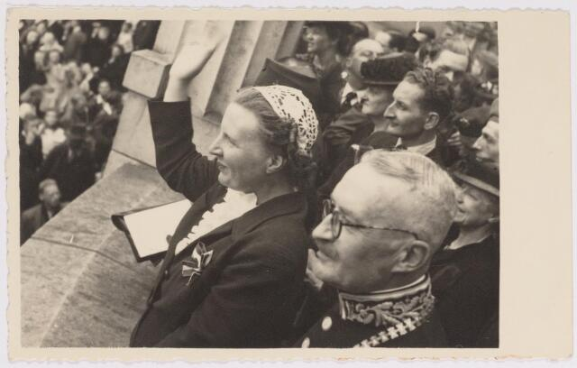 042759 - Koninklijke Bezoeken. H.K.H. prinses Juliana op het balkon van het Paleis-Raadhuis tijdens haar bezoek aan de stad de nationale feestdag, de eerste na de bevrijding. Links van haar burgemeester Van de Mortel.