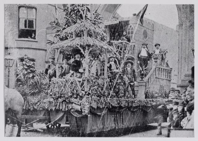 048862 - Feest van het 50-jarig bestaan van de sociëteit Nieuwe Koninklijke Harmonie 1893. Praalwagen no. 8 Serenade espagnole in de Spoorlaan / Stationsstraat.