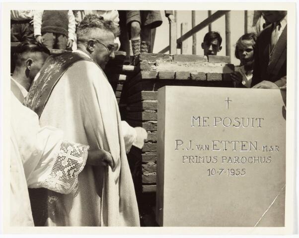 009723 - Pater P.J. van Etten M.S.F. legt de eerste steen voor de nieuwe Pius X-kerk.