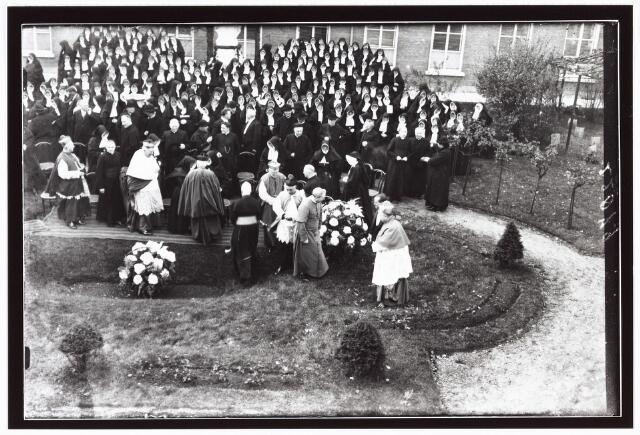 009365 - Kloosters. Het 100 jaar bestaan van de Zusters van Liefde aan de Oude Dijk.