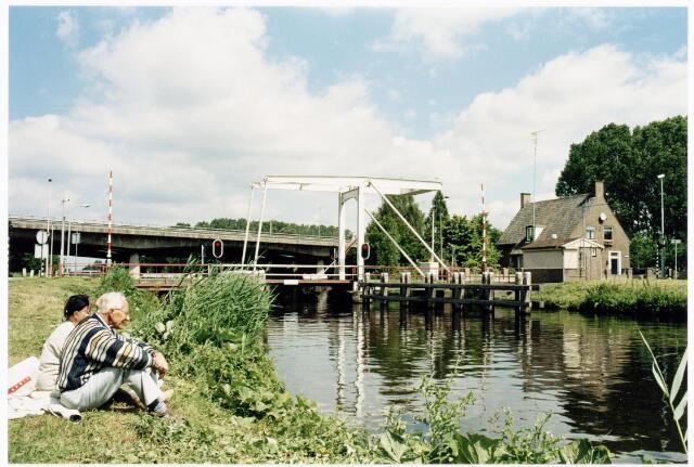 039916 - Ophaalbrug over het Wilhelminakanaal nabij de Eindhovenseweg (Koningshoeven). Op de achtergrond de A58.