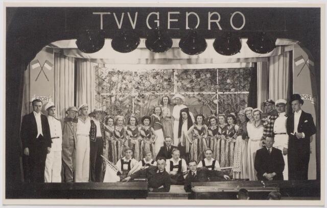 """043984 - Deelnemers aan de revue """"Gaat ie goed"""", opgevoerd in zaal Zebregs aan het Smidspad t.g.v. het tienjarig bestaan van T.V.V. Gedro (Tilburgse Voetbal Vereniging George Dröge)."""