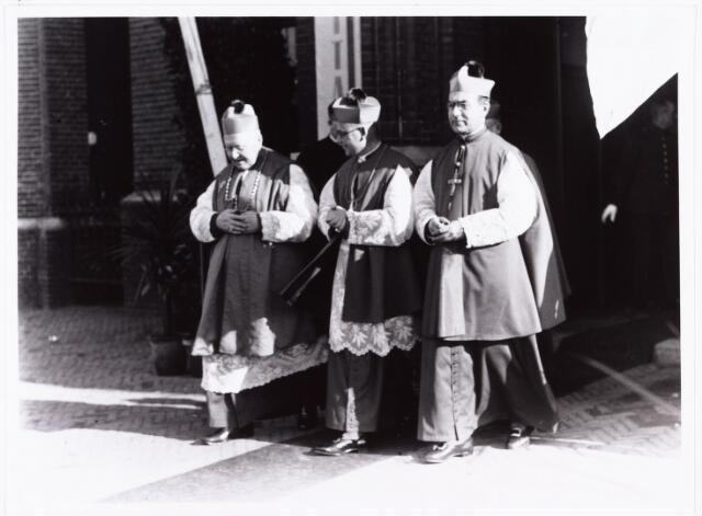 007610 - Bisschopswijding Mgr J.F.M. Pessers. Mgr Pessers Foto genomen bij het verlaten van de kerk. Mgr Pessers is geboren 5 februari 1896, gestorven 3 april 1961.