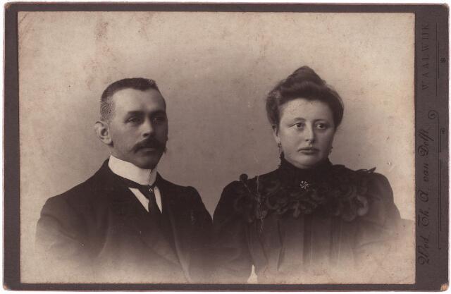 003889 - Petrus Johannes Franciscus GLOUDEMANS, geboren in 1870 te Waalwijk, van beroep koperslager, en Johanna Catharina BURMANJE, geboren te Loon op Zand op 13 oktober 1869, overleden in het St. Nicolaasziekenhuis te Waalwijk op 28 juni 1939. Hun huwelijk vond plaats op 1 februari 1904 te Tilburg.