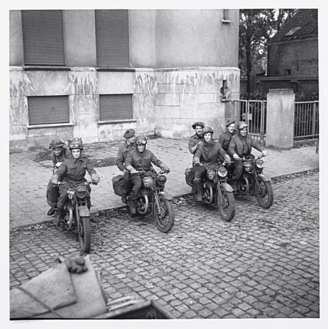 012164 - Tweede Wereldoorlog. Bevrijding. Mottorordonansen van de 10th Highland Light Infantry bij het Paleis-Raadhuis