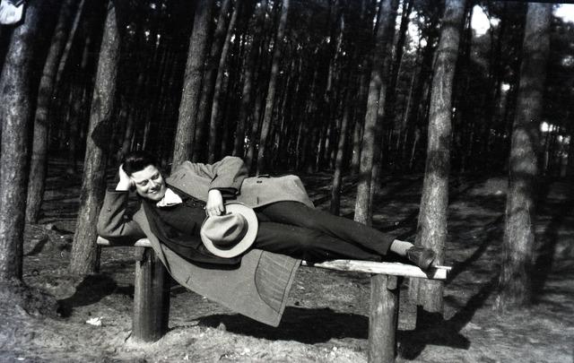 654805 - Privéarchief Schmidlin. Louis Schmidlin languit op een bank in het bos