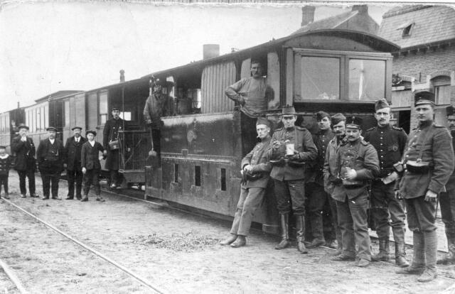 066351 - Tram van de lijn Tilburg-Goirle-Hilvarenbeek-Esbeek-grens bij het eindstation te Esbeek (gemeente Hilvarenbeek). Rechts op de achtergrond het woonhuis van rijksklerk Leonardus Joseph Arons.