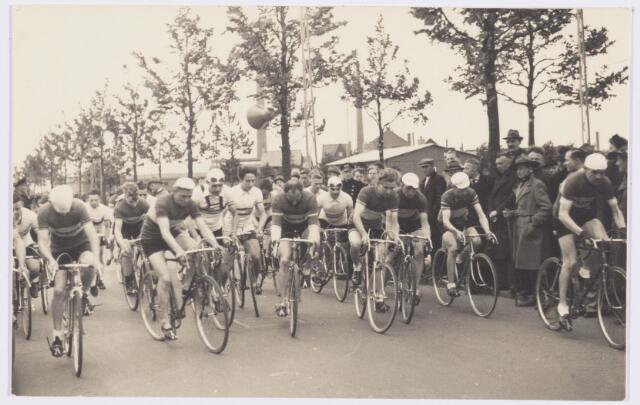 101808 - Tussen Tilburg en Wolverhampton ontstond kort na de tweede wereldoorlog een speciale stedenband, die alles te maken had met de Prinses Irene Brigade, welke in Wolverhampton gelegerd was alvorens het Kanaal over te steken om mee te doen aan de bevrijding van ondermeer Tilburg. Van 4 tot 11  mei 1946 kwam een heel gezelschap uit de regio Wolverhampton naar Tilburg voor een uitgebreide sportieve en culturele uitwisseling. Tijdens dit bezoek werd aan de Ringbaan-Oost een wielerwedstrijd gehouden