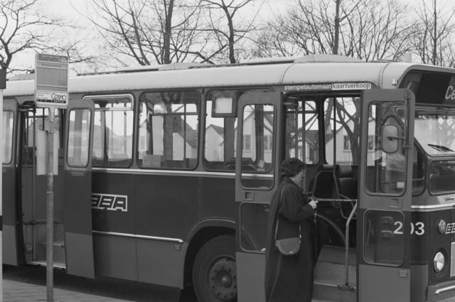 """TLB023000130_001 - BBA bus op lijn 7 bij bushalte Bruinissestraat met instappende passagier. Foto genomen in kader Reeshof """"gezond beleid"""""""