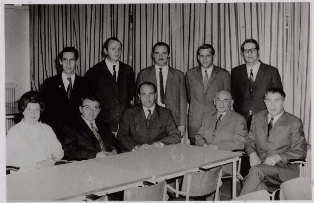 """050108 - Volt. Zuid. Deze foto is gemaakt bij het afscheid van Dhr. Vollaers als hoofdafdelingschef van de capacitieve fabricagegroep van Volt op 29 october 1971. De productieafdeling Tuners of Kanalenkiezers maakte ook deel uit van deze groep. Afgebeeld is de """"staf"""" van de afdeling tuners t. w.; zittend v.l.n.r.;  Mw. Kniknie secretaresse, Dhr. de Beer Montageleider, Dhr. van den Dries hoofdmontageleider, Dhr. Weststrate en Dhr. Schouten montageleider. Staand v.l.n.r. ;de Heren Persoons, de Boer en Otten allen montageleider, Dhr. van Iersel assistent afdelingschef en Dhr. van Roode afdelingschef."""