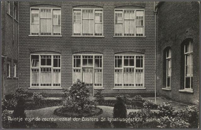 010971 - Binnenplaats met tuintje bij de recreatiezaal van de zusters van het St. Ignatiusgesticht aan de Goirkestraat.
