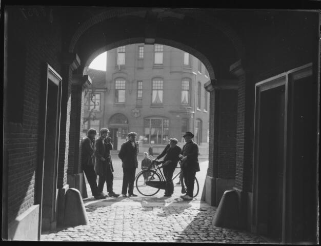500448 - Vóór de poort van de marktkazerne aan de Venestraat. Tegenover de poort het postkantoorvan Geertruidenberg.