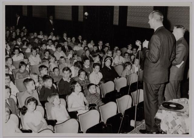 041183 - Vakbeweging. Op 31 augustus 1963 vierde de R.K. Bond Werkmeesters afd. Tilburg het 50-jarig bestaan. Op 14 september 1963 werd b.g.v. het jubileum een grote kindermiddag georganiseerd in het Chicago Theater aan de Koningin Julianastraat. Met optreden van een goochelaar, een tekenfilm en de film 'Grof geschut' met Stan Laurel en Olivier Hardy.