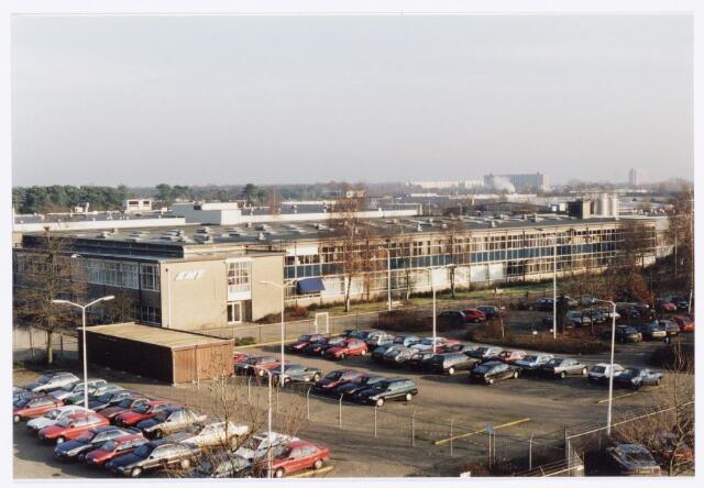 038960 - Volt. Noord.Overzichtsfoto van het gebouw van Kunststoffen en Metaalwaren Tilburg, K.M.T.,in naar schatting 1992.  K.M.T. is in 1988 getransformeerd uit de sinds 1929 bestaande afdeling productie of fabricageafd. Metaalwaren. K.M.T. richtte zich op het ontwerpen en maken van stempels en matrijzen, alsmede het produceren van onderdelen van kunststof en metaal. Het gebouw werd van 1964 tot 1991  gebruikt door de Centrale Werkplaats, de voormalige Gereedschapmakerij van Volt.