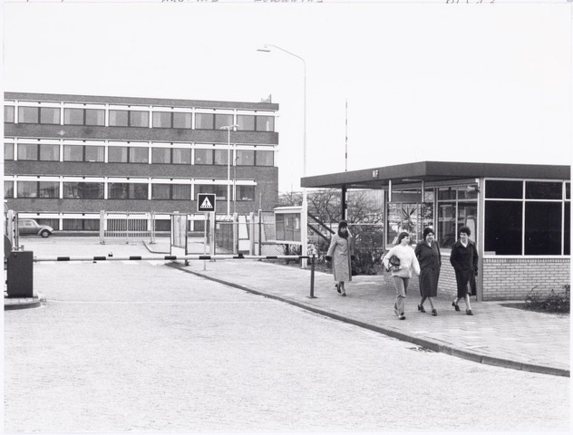 039310 - Volt, Hulpafdelingen, Portiers, Bewaking. De uitgang van Volt Noord aan de Zevenheuvelenweg met uitzicht op het bedrijf van Borstlap (Masters in Fasteners). De bewakingsloge NF rechts is in gebruik genomen in 1961.