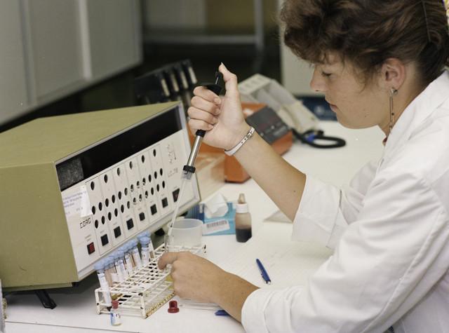 TLB023000091_001 - Laborante chemisch laboratorium voor de diverse bepalingen. Foto ter promotie van de opleiding en t.b.v. Onderwijsexpositie