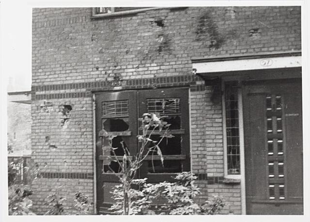 012399 - WO2 ; WOII ; Tweede Wereldoorlog. Vernielingen. Zwaarbeschadigde woning in de Lovensezijstraat (thans Hyacintstraat), na een geallieerde luchtaanval.