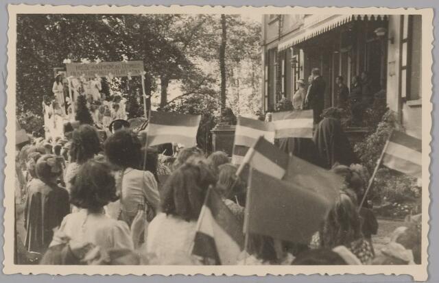083563 - WOII; WO2; Hulde door schoolkinderen aan Koning Leopold en aan Koningin Wilhelmina die evenals prinses Juliana staan op bordes landgoed Anneville (na bevrijding in 1945 van  Zuid-Nederland)
