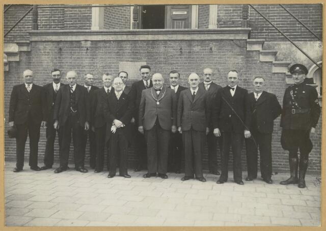 90537 - Made en Drimmelen. De Gemeenteraad van Made in 1938. Zij staan hier vóór de trappen van het gemeentehuis. Vlnr. Jan Broeken (caféhouder), Machiel Horrevoets (boer), J.A. van Iersel (smid in Drimmelen), Sjaan van Wingerden (boer), Janus de Jong (wethouder en bakker uit de Kloosterstraat), Piet Jansen (ambtenaar), Pieter de Kroon (eigenaar kuiperij inde Dreef), Frans Knoop, Antonius J.A. van Gils  (burgemeester), Anton van der Made (gemeentesecretaris), Marinus Simonis (gemeenteontvanger), A. van der Sluijs uit Drimmelen (oliehandelaar), Cees Roelen (wethouder en winkelier in de Adelstraat), Cees Jansen (winkelier in de Adelstraat), Johannes Timmermans (veldwachter)