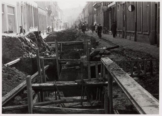 035252 - Tijdens de vernieuwing van  de riolering werd de Willem II-straat opengebroken zoals te zien is op de foto ter hoogte vanhet oude postkantoor/hoek Telegraafstraat in de richting van  de Tuinstraat