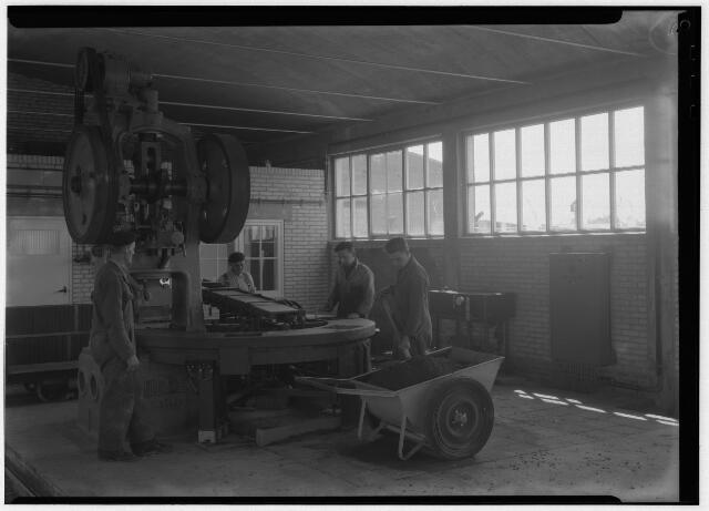 050856 - Betonmolen in betonfabriek A. van Geel aan de Lovense Kanaaldijk 3.
