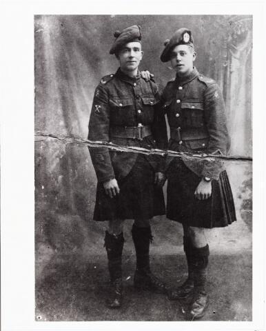 008061 - Emigratie. rechts Johannes Verweijmeren, geboren te Londen, zoon van schrijnwerker Adrianus Joannes Verweijmeren en Henrica Johanna van Beurden uit Tilburg. Op 19 september 1896 emigreerden zijn ouders naar Engeland. de foto werd genomen toen hij tijdens de Eerste Wereldoorlog in dienst was bij een Schots regiment.